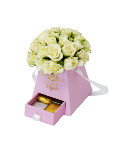 Picture of BABY WHITE ROSES WITH CHOCOLATES